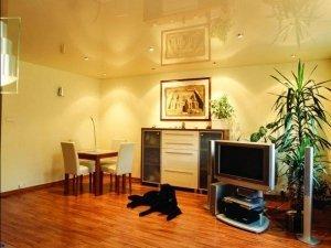 Желтый глянцевый натяжной потолок в гостинную