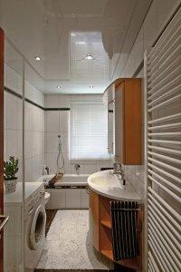Белый глянцевый потолок в ванную
