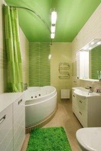 Зелёный глянцевый потолок в ванную