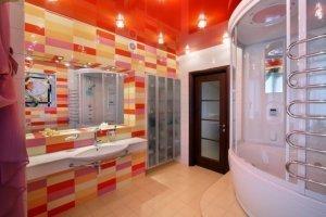 Красный глянцевый потолок в ванную